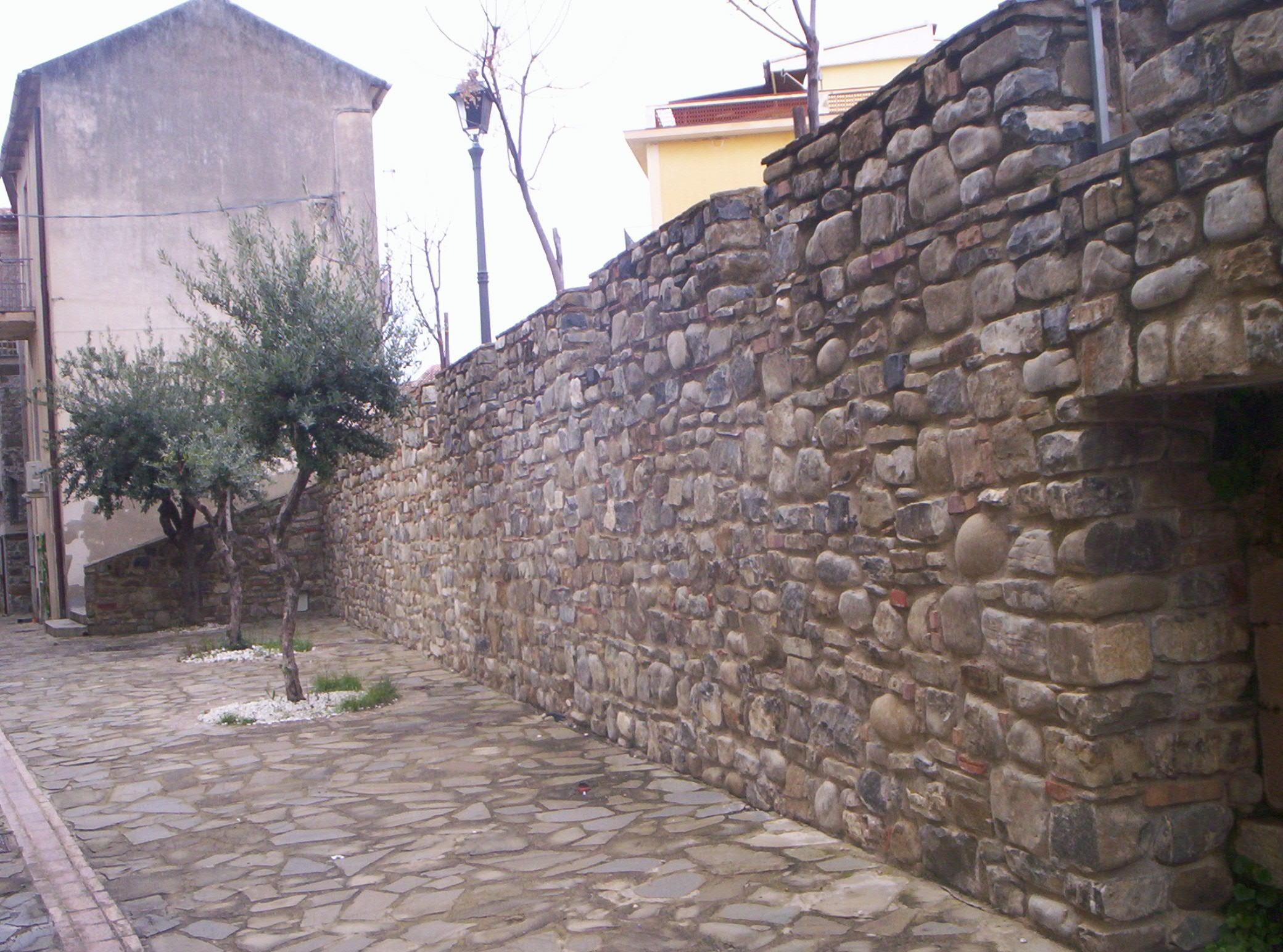 muro-con-pietra-locale-acciaroli